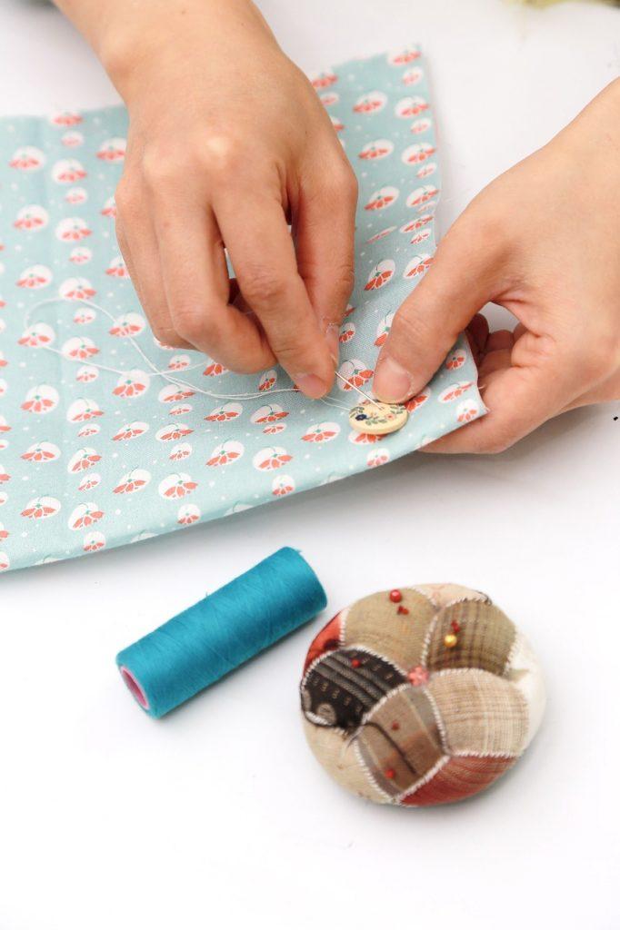 coser botón